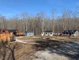 Hi hữu: Cặp vợ chồng Mỹ xây cả một ngôi làng tí hon cho con ở riêng