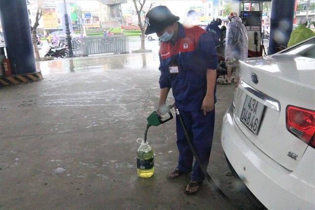 """Sợ mất điện do """"siêu bão"""", người dân Đà Nẵng đổ xô mua xăng dầu dự trữ - 4"""