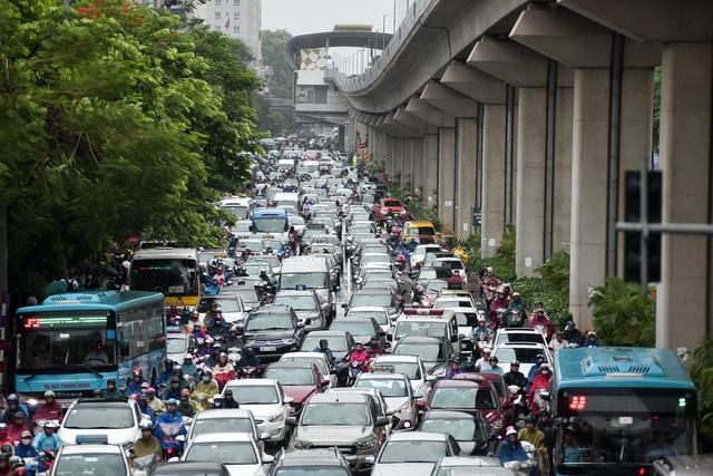 """Tắc đường """"chôn chân"""" ở Hà Nội, ô tô báo tốn hơn 50 lít xăng cho 100 km - 2"""