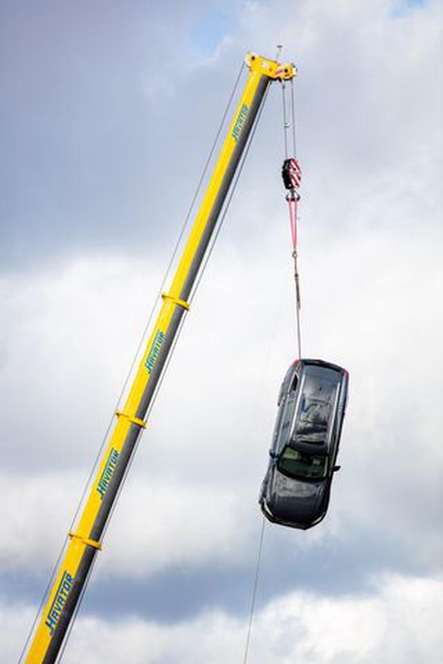 Volvo chịu chơi thả xe từ độ cao 30m xuống để thử nghiệm - 2