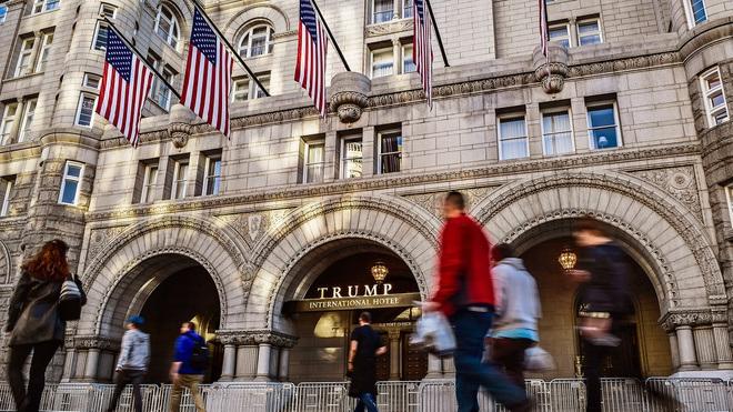 """Tổng thống Trump """"mắc kẹt"""" với thương vụ rao bán khách sạn gần Nhà Trắng"""