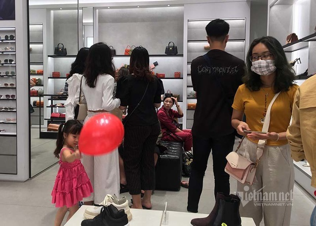 Ngày đen tối: Thế giới lo sợ lệnh cấm, dân Việt tưng bừng hiếm có - 12