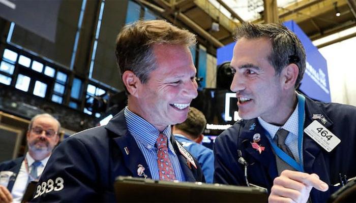 Giới đầu tư Mỹ ồ ạt mua chứng khoán, bán mạnh vàng
