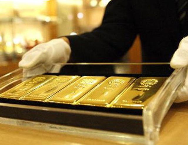 Giá vàng giảm sốc, lao xuống đáy 4 tháng - 1