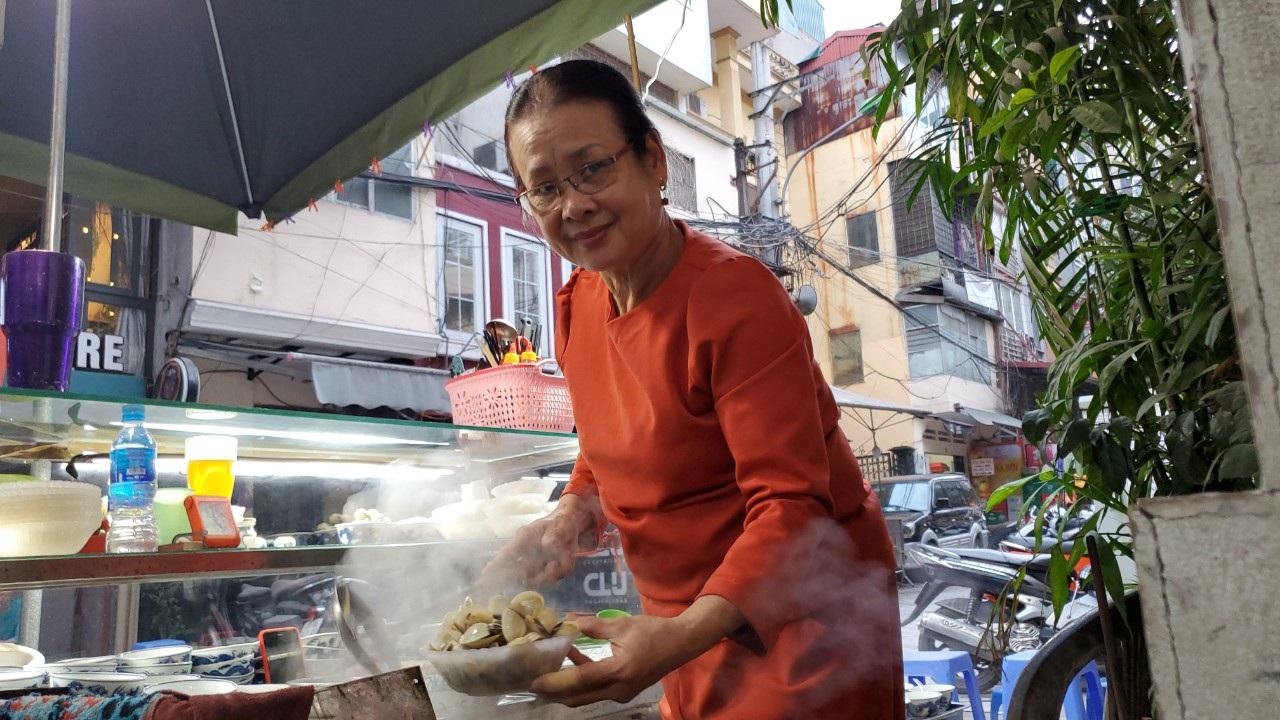 Hà Nội: Quán ốc đông khách của bà chủ chỉ dùng nụ cười, cử chỉ khi bán hàng
