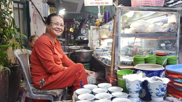 Hà Nội: Quán ốc đông khách của bà chủ chỉ dùng nụ cười, cử chỉ khi bán hàng - 4