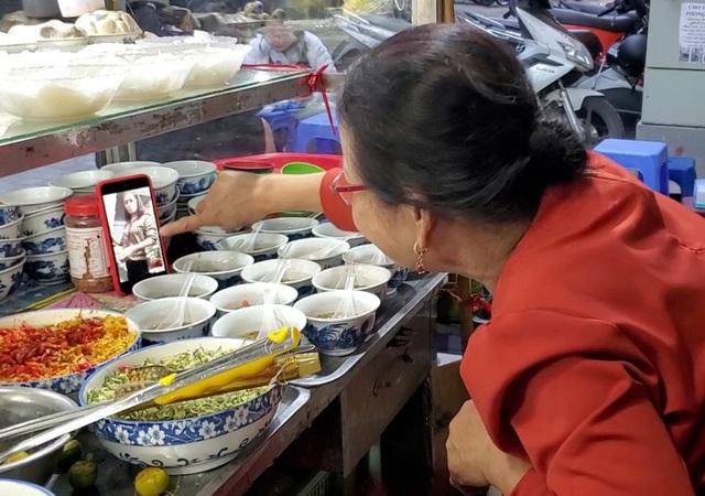Hà Nội: Quán ốc đông khách của bà chủ chỉ dùng nụ cười, cử chỉ khi bán hàng - 5