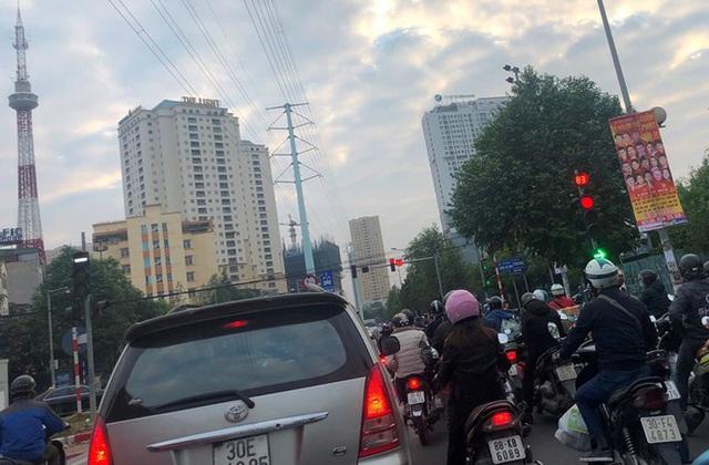 Cận cảnh cao ốc nhấn chìm con đường BT Hà Nội - 4