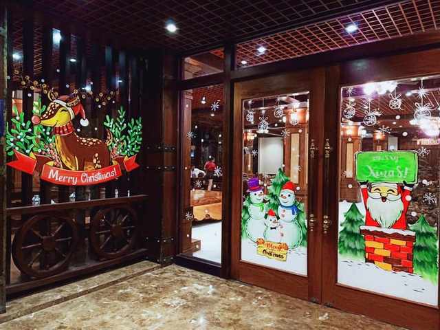 Ông già Noel hân hoan bay trên cửa kính, xin luôn chủ quán 2 triệu đồng - 1
