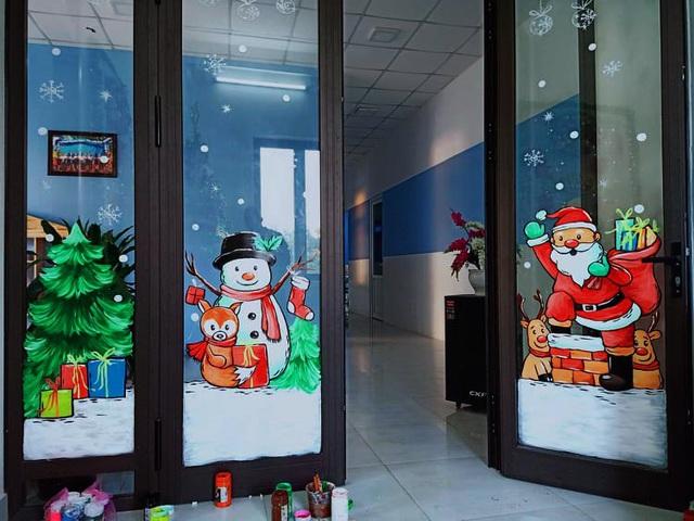 Ông già Noel hân hoan bay trên cửa kính, xin luôn chủ quán 2 triệu đồng - 4