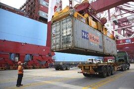 Xuất khẩu của Trung Quốc tăng kỷ lục khi phương Tây tái phong tỏa
