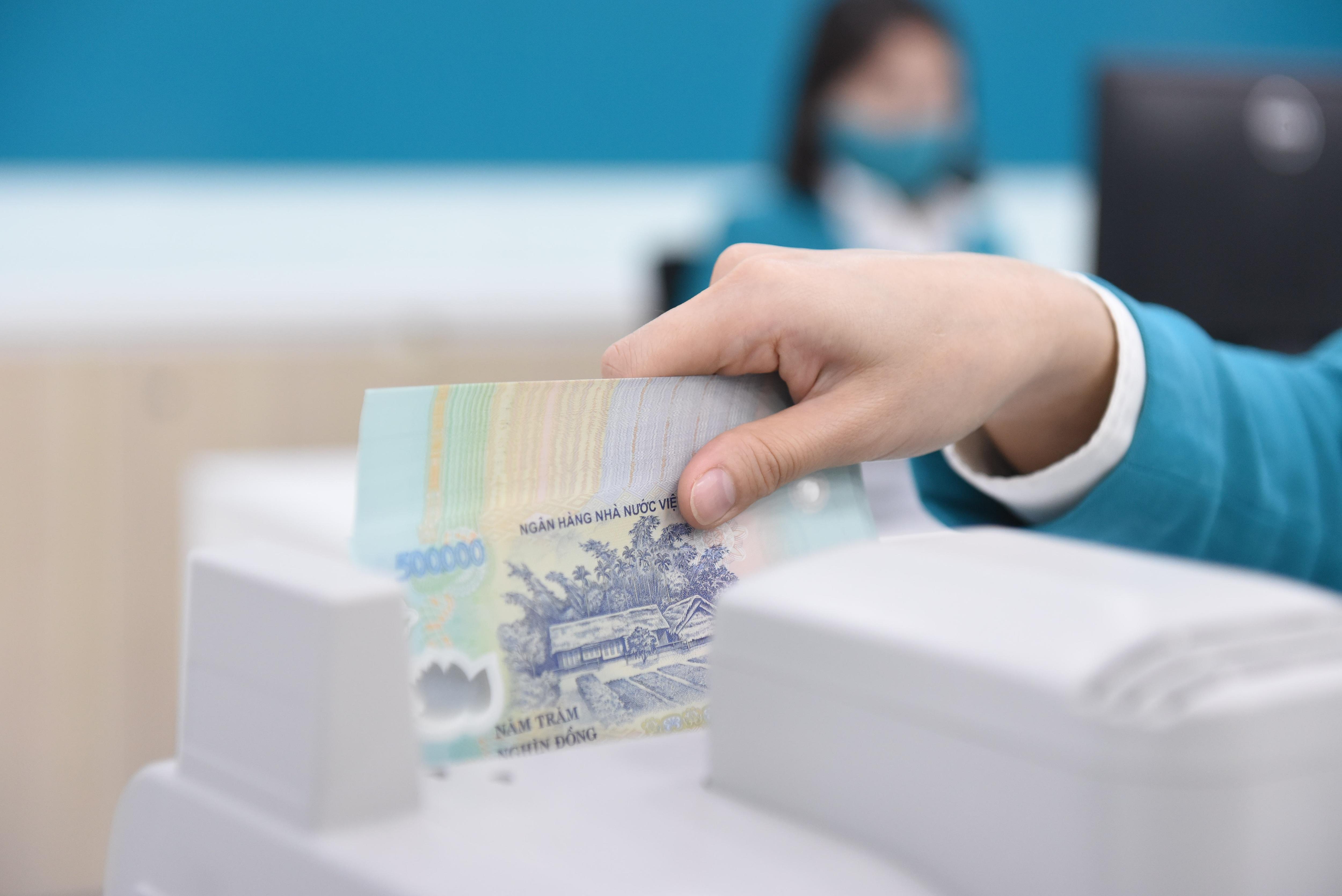 Thưởng Tết ngân hàng: Nhận hàng trăm triệu đồng hay bánh chưng, giò chả?