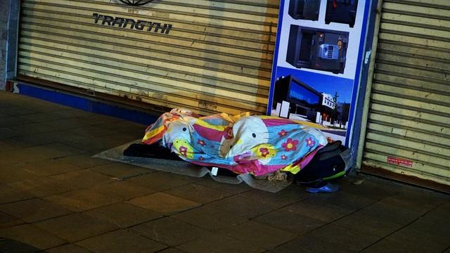 Người vô gia cư co ro dưới cái lạnh cắt da cắt thịt ở Hà Nội - 1