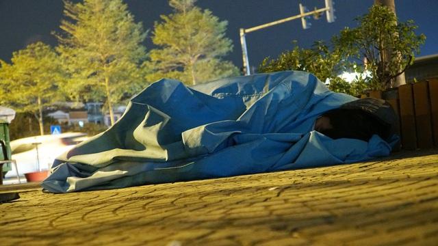 Người vô gia cư co ro dưới cái lạnh cắt da cắt thịt ở Hà Nội - 2