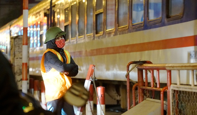 Người vô gia cư co ro dưới cái lạnh cắt da cắt thịt ở Hà Nội - 11