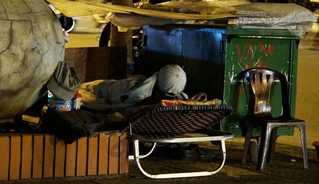 Người vô gia cư co ro dưới cái lạnh cắt da cắt thịt ở Hà Nội - 3