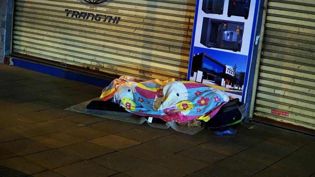 Người vô gia cư co ro dưới cái lạnh