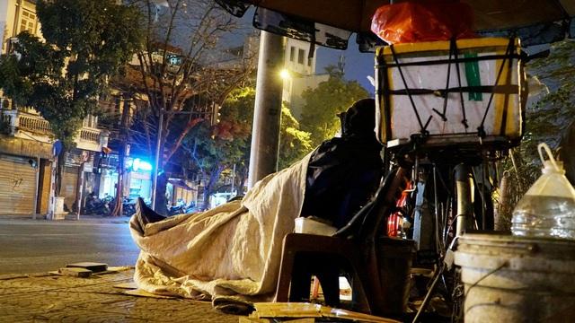 Người vô gia cư co ro dưới cái lạnh cắt da cắt thịt ở Hà Nội - 4