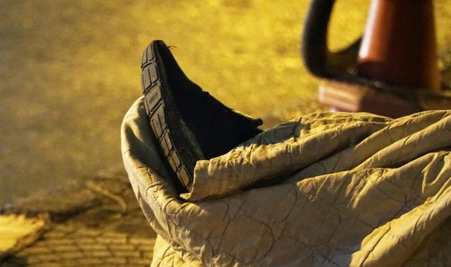 Người vô gia cư co ro dưới cái lạnh cắt da cắt thịt ở Hà Nội - 5