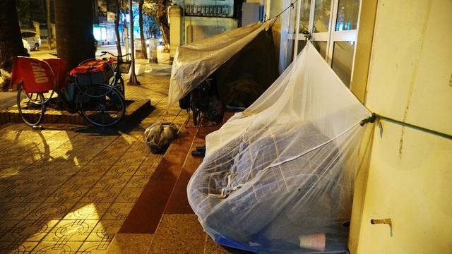 Người vô gia cư co ro dưới cái lạnh cắt da cắt thịt ở Hà Nội - 6