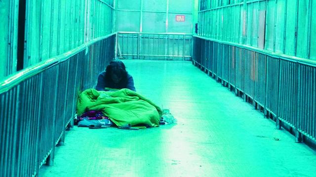 Người vô gia cư co ro dưới cái lạnh cắt da cắt thịt ở Hà Nội - 9