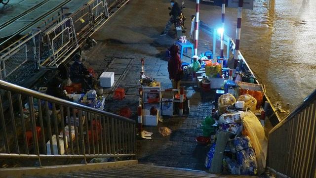 Người vô gia cư co ro dưới cái lạnh cắt da cắt thịt ở Hà Nội - 10
