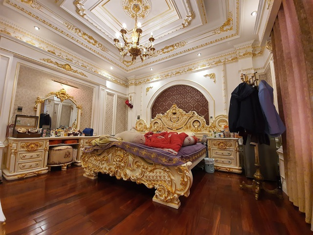 Choáng ngợp với những ngôi nhà đồ sộ phủ đầy vàng của đại gia Việt - 2