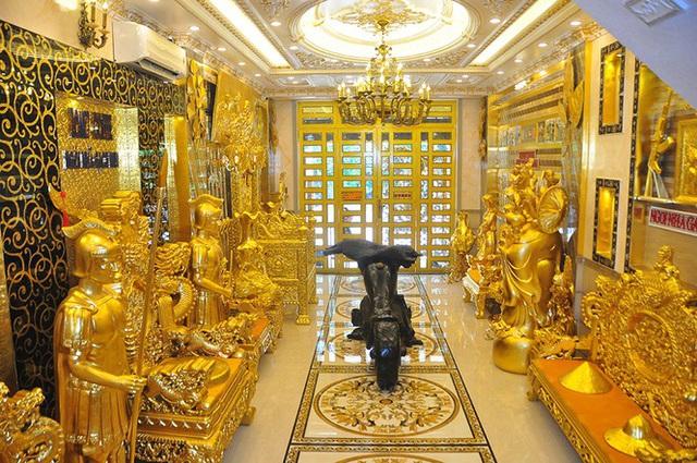 Choáng ngợp với những ngôi nhà đồ sộ phủ đầy vàng của đại gia Việt - 3