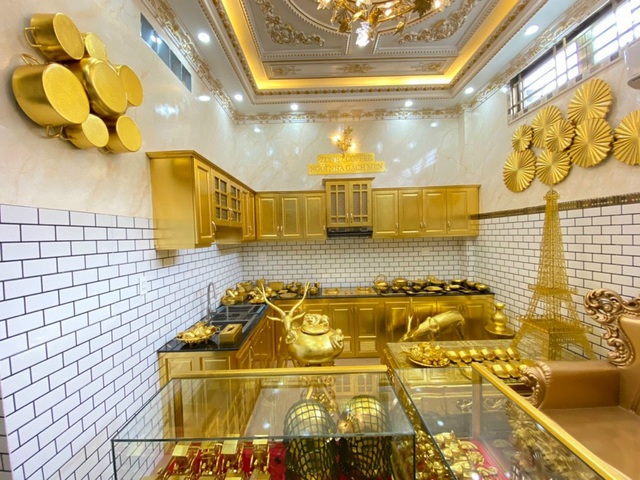 Choáng ngợp với những ngôi nhà đồ sộ phủ đầy vàng của đại gia Việt - 4