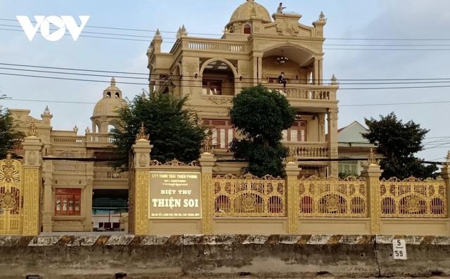 Choáng ngợp với những ngôi nhà đồ sộ phủ đầy vàng của đại gia Việt - 7