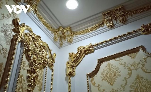 Choáng ngợp với những ngôi nhà đồ sộ phủ đầy vàng của đại gia Việt - 8