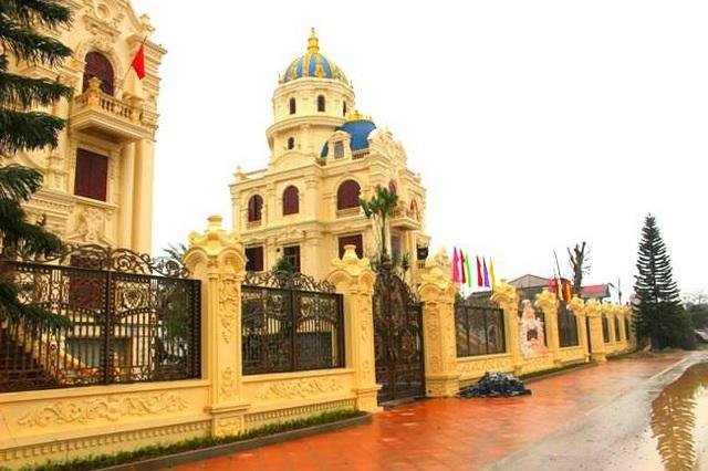 Choáng ngợp với những ngôi nhà đồ sộ phủ đầy vàng của đại gia Việt - 9