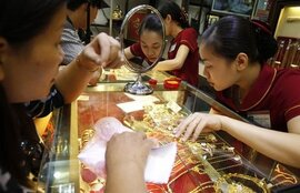 Giá vàng bất ngờ sụt giảm, chênh lệch vọt lên gần 6 triệu đồng/lượng