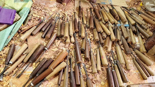Trâu gỗ đắt như tôm tươi, thợ đục thu về tiền triệu mỗi ngày - 12