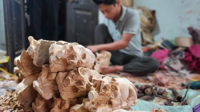 Trâu gỗ đắt như tôm tươi, thợ đục thu về tiền triệu mỗi ngày - 3