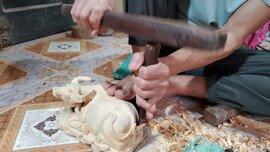 Trâu gỗ đắt như tôm tươi, thợ đục thu về tiền triệu mỗi ngày