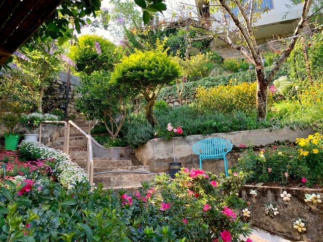 Vợ chồng ở Sài Gòn lên Đà Lạt xây ngôi nhà hoa đẹp như bước ra từ cổ tích - 5