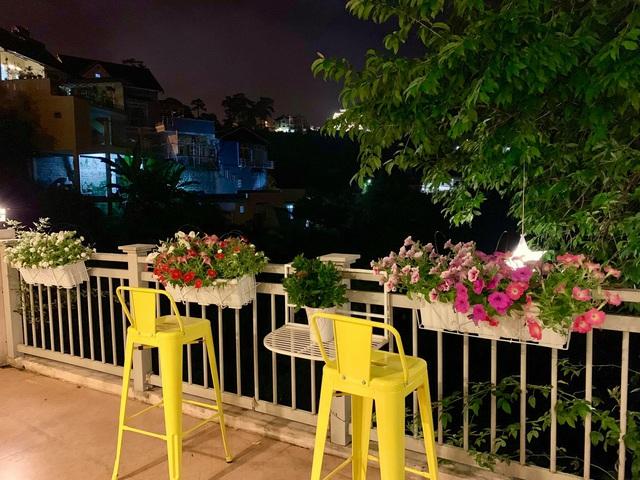 Vợ chồng ở Sài Gòn lên Đà Lạt xây ngôi nhà hoa đẹp như bước ra từ cổ tích - 8