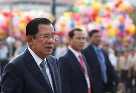 Campuchia nhận 600.000 liều vắc xin Trung Quốc, ông Hun Sen tiêm đầu tiên