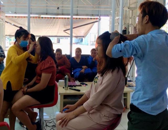 Gia Lai: Khách xếp hàng dài chờ làm tóc, chủ tiệm hốt bạc ngày cuối năm - 1