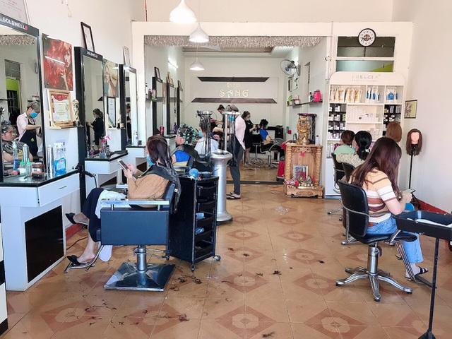 Gia Lai: Khách xếp hàng dài chờ làm tóc, chủ tiệm hốt bạc ngày cuối năm - 2