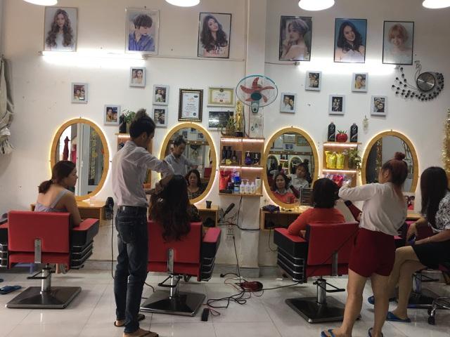 Gia Lai: Khách xếp hàng dài chờ làm tóc, chủ tiệm hốt bạc ngày cuối năm - 3