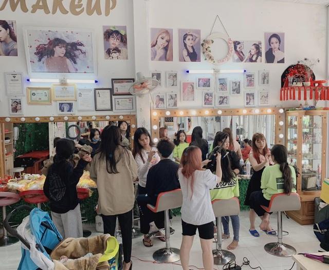 Gia Lai: Khách xếp hàng dài chờ làm tóc, chủ tiệm hốt bạc ngày cuối năm - 4