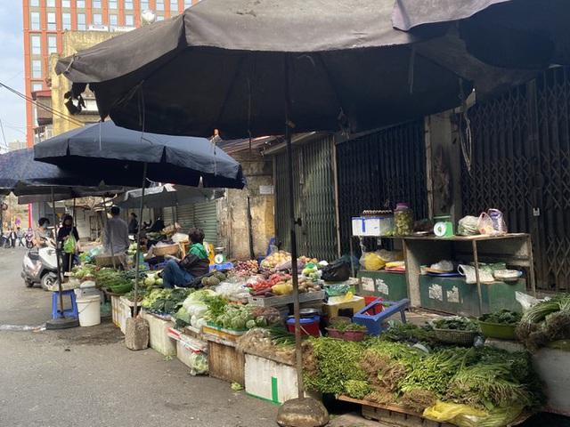 Đi chợ đầu năm: Hải sản tăng giá vùn vụt, hoa tươi rẻ hơn trước Tết - 1