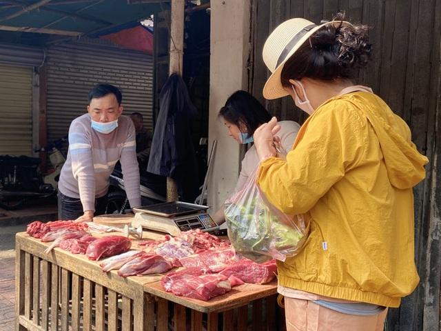 Đi chợ đầu năm: Hải sản tăng giá vùn vụt, hoa tươi rẻ hơn trước Tết - 3
