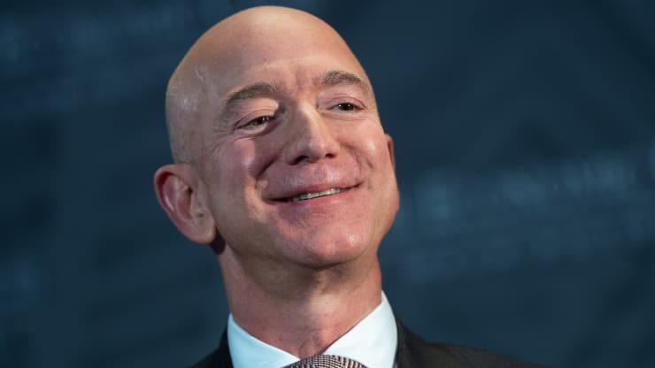 CEO Amazon lấy lại ngôi giàu nhất thế giới