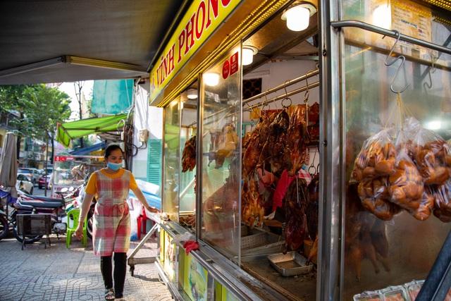 TP.HCM: Đầu năm, các quán heo, vịt quay ế khách khác thường - 1
