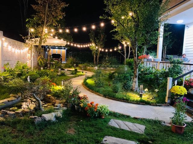 Vợ chồng trốn dịch về ngoại ô uống trà, ngắm hoa trong biệt thự đẹp mê - 2