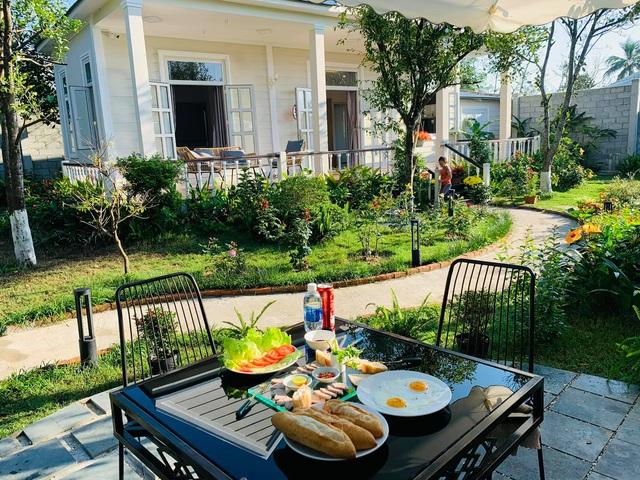 Vợ chồng trốn dịch về ngoại ô uống trà, ngắm hoa trong biệt thự đẹp mê - 8