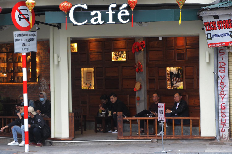 Trái với kỳ vọng: Nhà hàng, quán cà phê lèo tèo khách ngày mở cửa trở lại